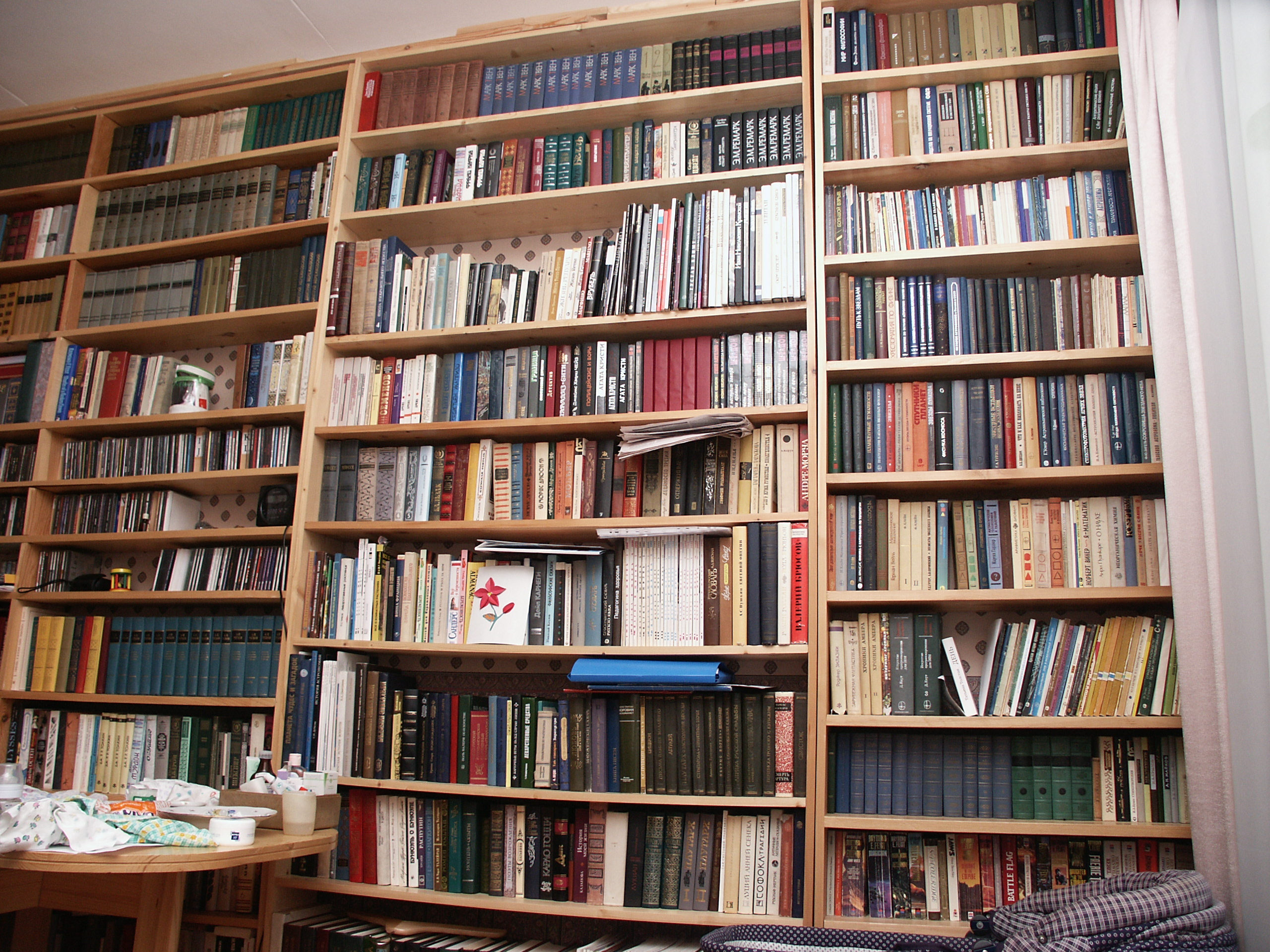 Книжные полки во всю стену